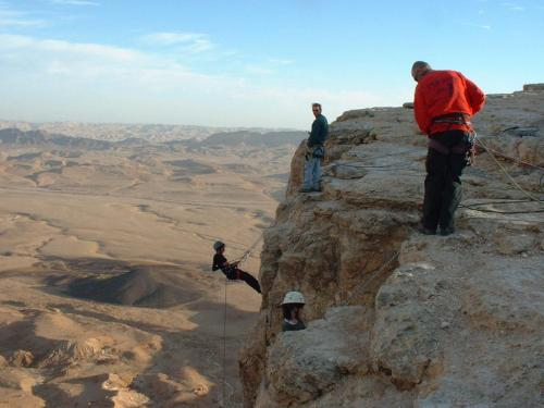 Snapping-surfing from the Ramon Crater cliff